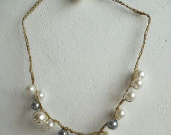 Choker necklace with pearls in white and gray tone