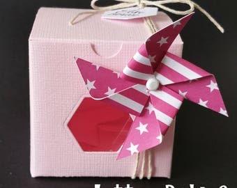 Box dragees windmill fuchsia and pink cube shape.