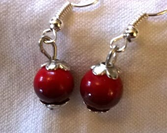 Silver earrings Pearl opaque black down that deteriorate in a gorgeous red