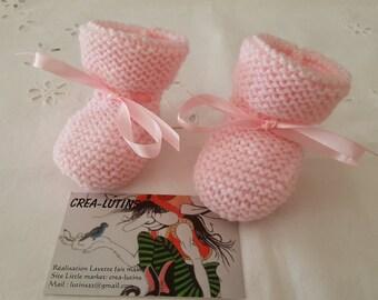 Chaussons basiques  bébé tricoté main en laine rose en taille naissance
