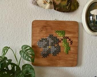 Handgemaakt geborduurd muurdecoratie - hout paneel met een blauw bloem. Bloemetjes voor je interieur