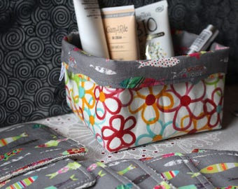 Set of cleansing wipes and its reversible basket