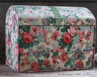 French haberdashery box. Sewing box. French jewelry box. French vintage basket. Sewing basket. French sewing basket. French vanity case..