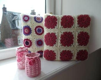 Set of two cushions and two jars.