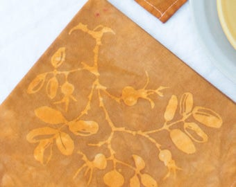 pair of dinner napkins. gold rosehips