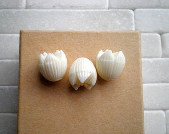 Vintage White Plastic Tulip Beads - 10 Opaque Antiqued White / Ivory Flowers - Retro Hawaiian Pikake Flower Bead - Beading Crafting Supply