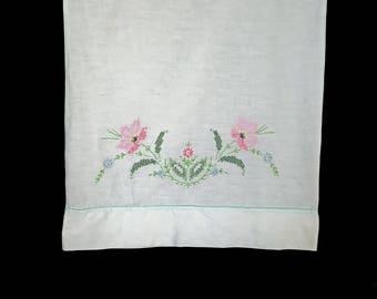 Taie d'oreiller ancienne, taie d'oreiller, années 1960, blanc avec des fleurs brodées rose bleus et verts