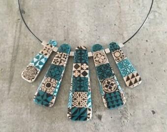 Collier ras de cou - carreaux de ciment - bleu canard et sable - nouvelle collection