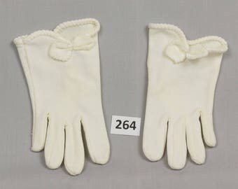 Girls Vintage Gloves White Nylon Has stretch Little girl Scalloped edge with bow Palm 2 1/2 inches Pristine