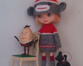 Oversized sweater and a sockmonkey hat for Blythe or Pullip