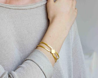 EMBLEME - Minimalist and geometric hand cuff, matte gold-plated bracelet, statement bracelet Carreau