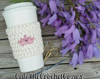 Crochet coffee cup cozy, with a princess crown, made with 100% cotton. Crochet coffee sleeve, crochet coffee cozie