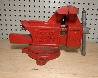 """Columbian No. 04M2  Vintage 4"""" Bench Vise With Swivel Base Made in USA 4"""" Wide Jaws an Opens up to 3 1/2"""""""