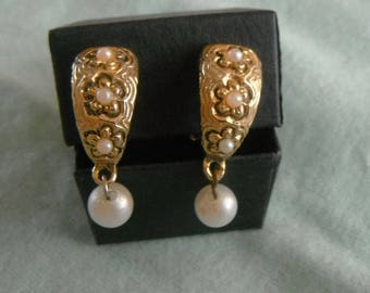 classic style clip-on ear-rings with drop pearl bead