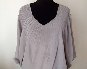 The top in grey silk blouse light .plis, gathered, size 36/38. S