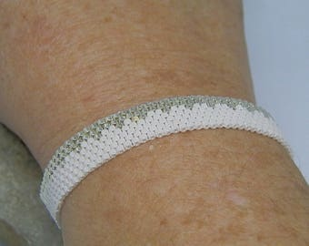 Bracelet weaved with white and Silver Needle