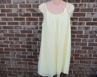 Vintage 1960s yellow baby doll chiffon lace nightgown, nylon short nightie gown, small, Vanity Fair sweet retro nightdress, cap sleeve, bow