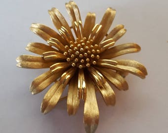 Mint Vintage Trafari Flower Daisy Pin Brooch in Polished and Matte Gold Tone