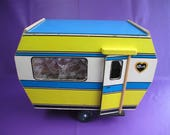 Vintage Sindy caravan simply fabulous! Wooden brightly painted with fabulous interior styling. Comes with added net curtains.