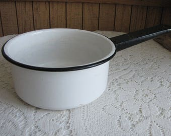 Enamel Cooking pot with Black Trim Vintage Farmhouse and Rustic Home and Gardens Camping Gear 2.5 Quart