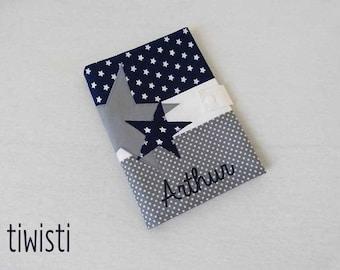Protège carnet de santé bleu marine, blanc  et gris, étoile, avec prénom de l'enfant