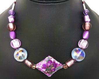 Collier de perles, ras de cou, perles violet, mauve et parme, nacrées et irisées, collier violet, collier femme, idée cadeau pour elle