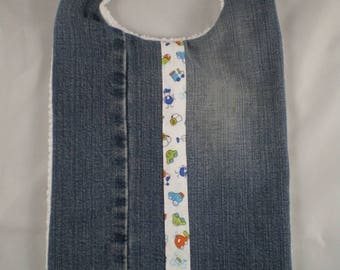 Bavoir005 - Fabric bib with jeans and cars