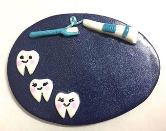 Badge dentiste , assistante dentaire sur fond bleu marine dens kawaï