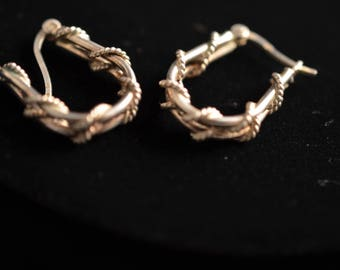 Twisted rope design silver hoop earrings with latch closure