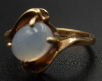 Vintage yellow gold rainbow moonstone ring