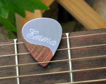 Custom wood / alu guitar pick, personalized with a name, perfect gift for a guitarist or musician !