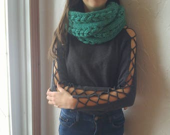 Infinity scarf with three braids, green, two laps, knitted by hand, made of bulky yarn