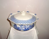 1970s Willow Pattern Casserole Dish. J & G Meakin Royal Staffordshire. Blue and White Pottery. Octagonal Shaped.