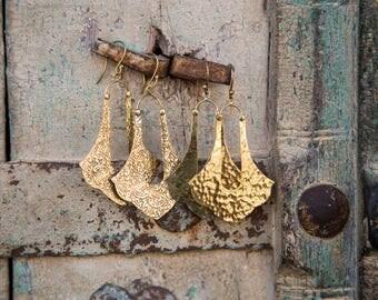 Earrings Brass pending Design Elegant hammer or flower print / Boucles d'oreilles en laiton pendante design fleur ou martelé boho