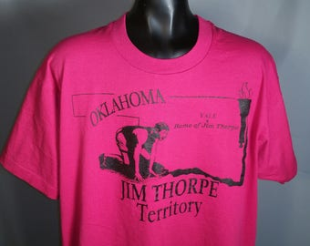 RARE 80s Jim Thorpe Commemorative Oklahoma Tee Sz Large Screen Stars Polycotton Soft Hot Pink Black Okie Olympics Athlete Famous Gold Medal