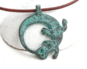 Lizard Circle pendant, Green Patina Gecko metal charm, Verdigris, Greek metal casting, 1pc - F345