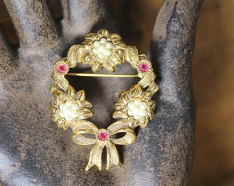 Vintage Avon Wreath Brooch Pin, Goldtone Rhinestone Brooch, Christmas Wreath, Vintage Brooch, Sparkly, Vintage Jewelry, Avon Brooch, White