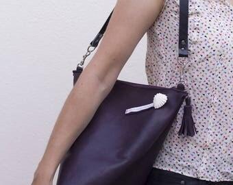 Sac à main Berlingot en véritable cuir violet, porté épaule
