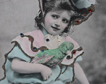 Glitter Embellished RPPC Carte postale Girl in Feathered Hat with Green Parrot