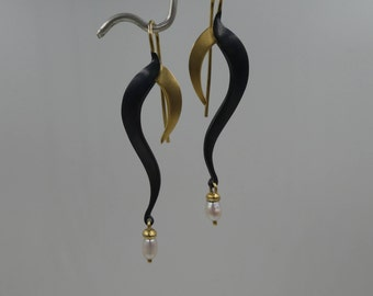 18k yellow gold,shakudo and pearl earring