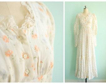 Vintage 1970s White Floral Gunne Sax Maxi Dress Gown   Size X-Small