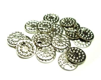 Lot de 20 petits sequins en laiton plaqué nickel, motifs poinçon, martelés, Diam. 6.5 mm.