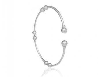 Round Hammered Sterling Silver Bracelet with Σilver Beads