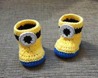 Ready to ship. Crochet Minions baby booties size 0 to 6 months (9 cm). Minion knitted baby shoes.
