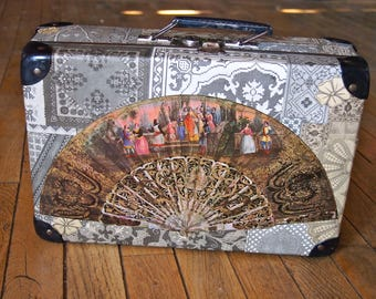 "Small suitcase old ""fans"" with collage of engravings lace 1882"