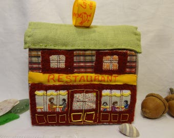 Déco de Noël, petite maison en patchwork à poser ou à suspendre : le restaurant.