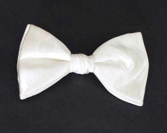 Vintage (70's/80's) Unlabeled off-white satin-finish polyester clip-on bow tie