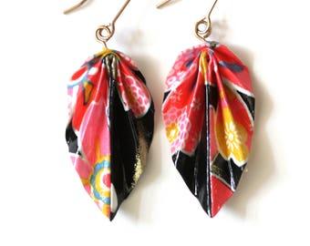 Boucles d'oreilles pendantes en origami feuilles, magnifique papier japonais noir à motifs roses