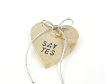 Alliance ring pillow wedding engagement ring display wooden heart, marriage proposal