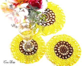 Set 2 Yellow and Brown crochet sunflower coasters plus a pitcher mat, centrino e sottobicchieri girasole giallo e marrone all'uncinetto